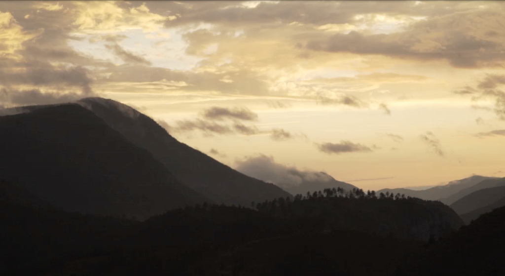 film-là-haut-montagnes-coucher-soleil-chloé-mazoyer
