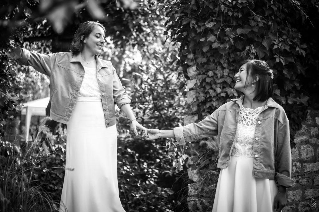 photo-de-couple-mariage-lgbt-gayfriendly-champêtre-noir-et-blanc